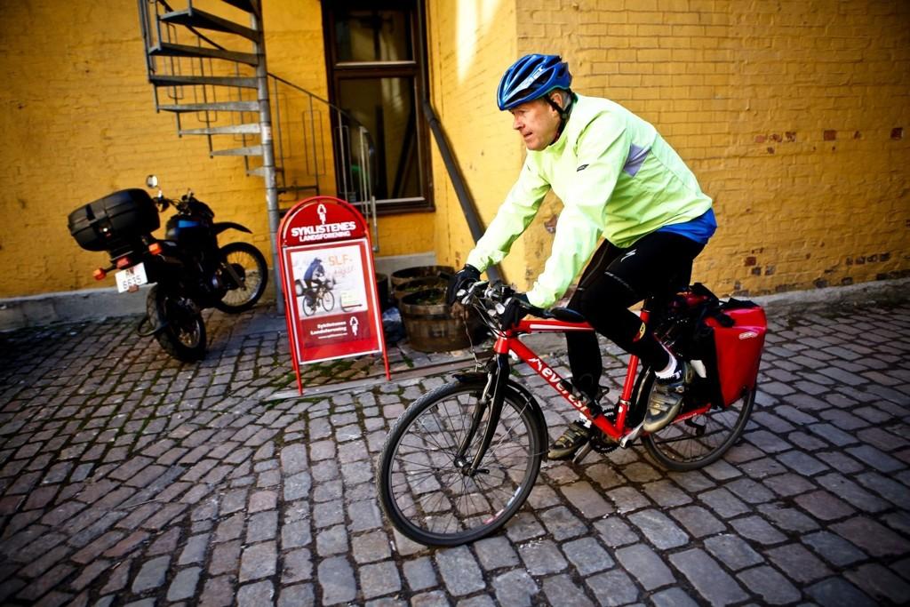Fagkonsulent Svein Fagervold i Syklistenes Landsforening sykler selvsagt til jobben. Tilpasset bekledning gjør morgenturen ekstra behagelig.
