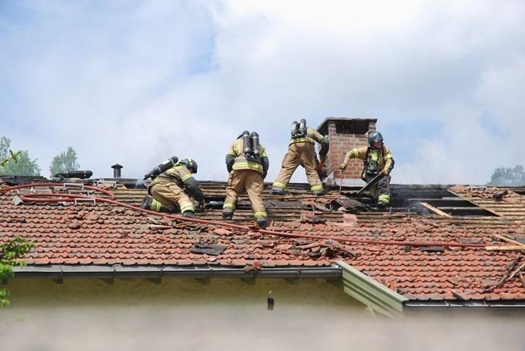 Brannen startet i en hybel på loftet. Brann- og redningsetaten fikk raskt kontroll over brannen. Foto: Vidar Bakken