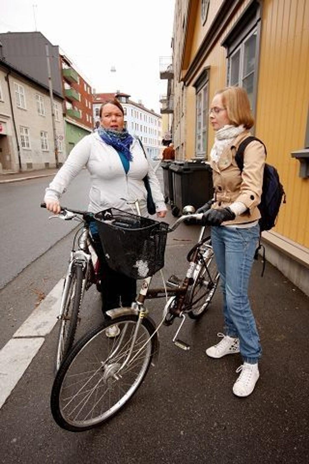 Guro Fresvik (V) t.v. og Anne Siri Koksrud (V) mener man må begynne lokalt for å få fortgang i sykkelsaken.  FOTO: HEGE BJØRNSDATTER BRAATEN