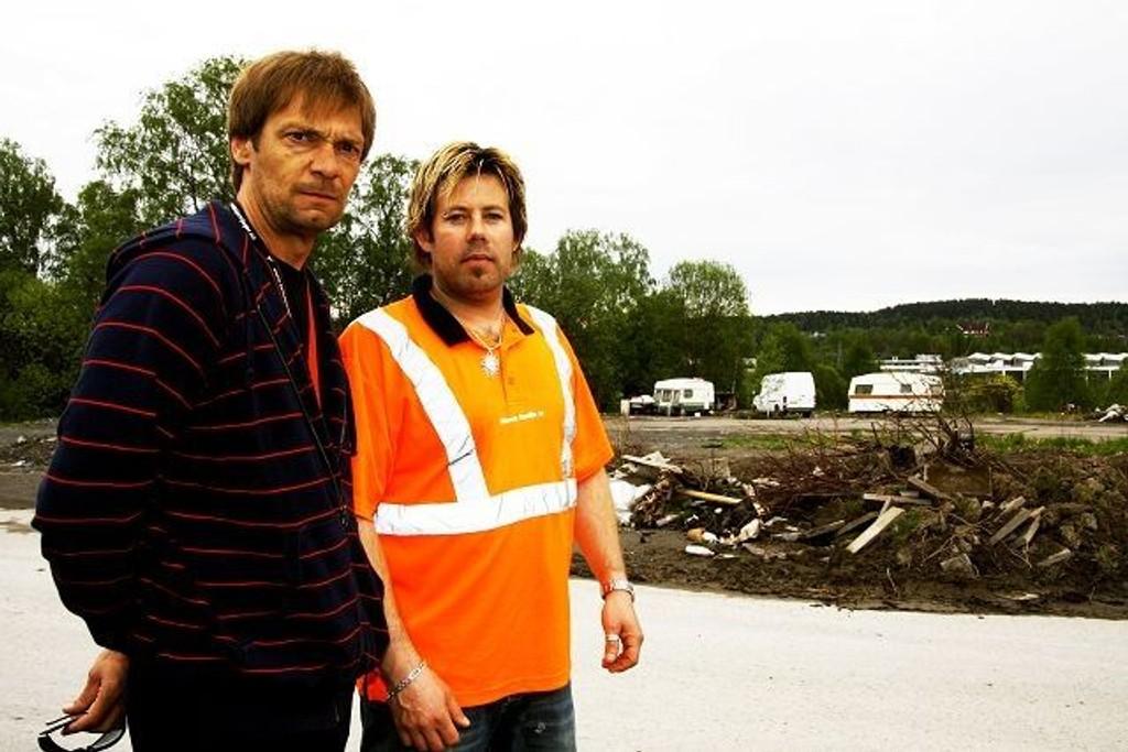 Gunnar Sivertsen og Ketil Ødegaard Kristiansen er lite fornøyde med «leirplassen» til de utenlandske asfaltarbeiderne, som de mener ødelegger området. Alle foto: Anita L. Hanken.