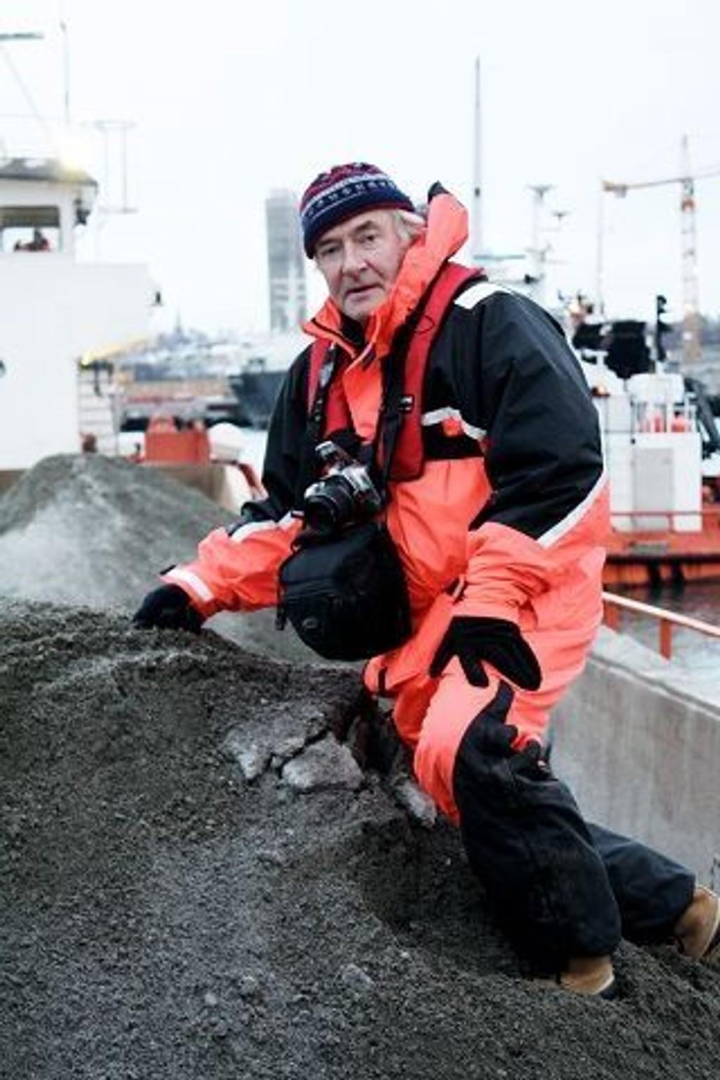 Knut Chr. Hallan har flere ganger aksjonert mot deponeringen av masser og tildekkingen av dypvannsdeponiet ved Malmøykalven. Han mener tildekkingen er en bløff. Foto: Privat