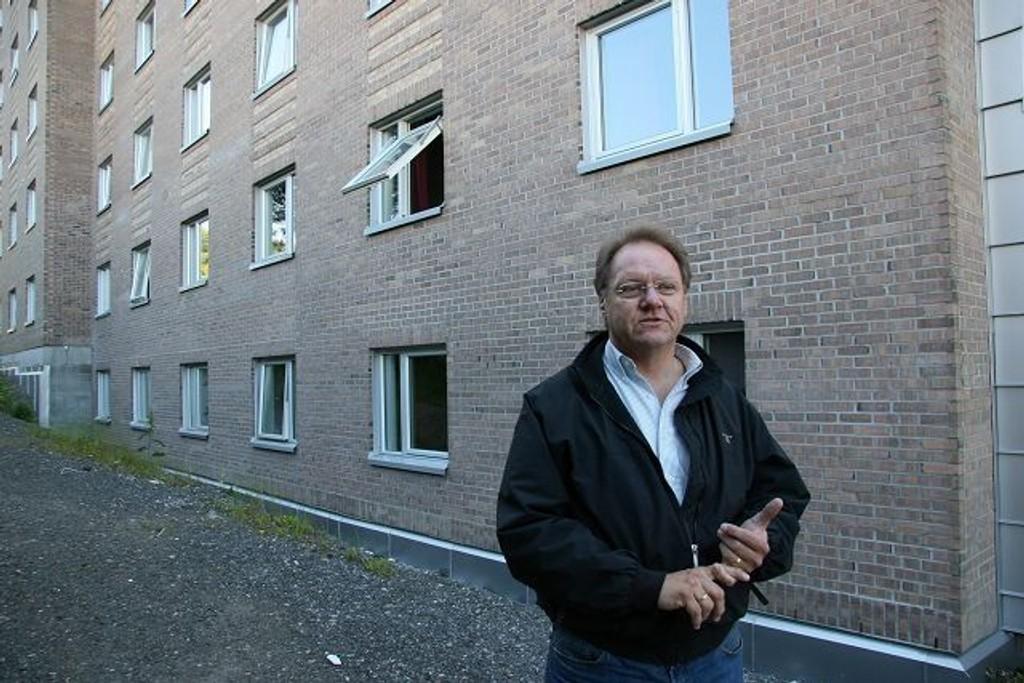 Pål Hansen i Nydalen Bolig/FRI Eiendom sier at de ikke har gitt opp å få bygget undergangen i år, selv med forsinkelser - her ved hybelbygget i nr. 13. foto: Kristin Tufte Haga