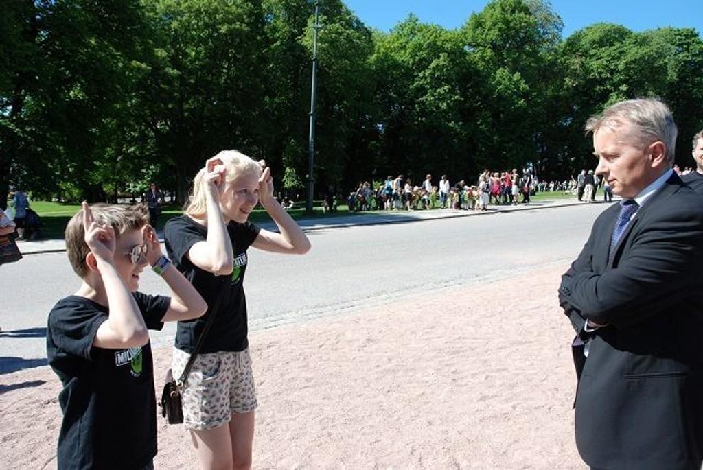 Tobias og Leonora Larsen lærer justisminister Knut Storberget Fjellrev-sangen. Foto: Anne Marie Huck Quaye