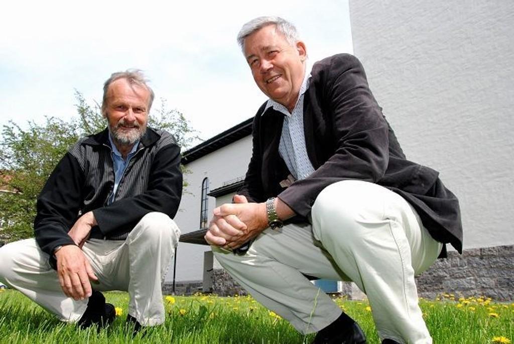 Sokneprest Hans-Jacob Kinge (t.v) og organist Harald Herresthal sier søndag farvel til Majorstuen menighet etter henholdsvis 14 og 36 år. Foto: Fredrik Eckhoff