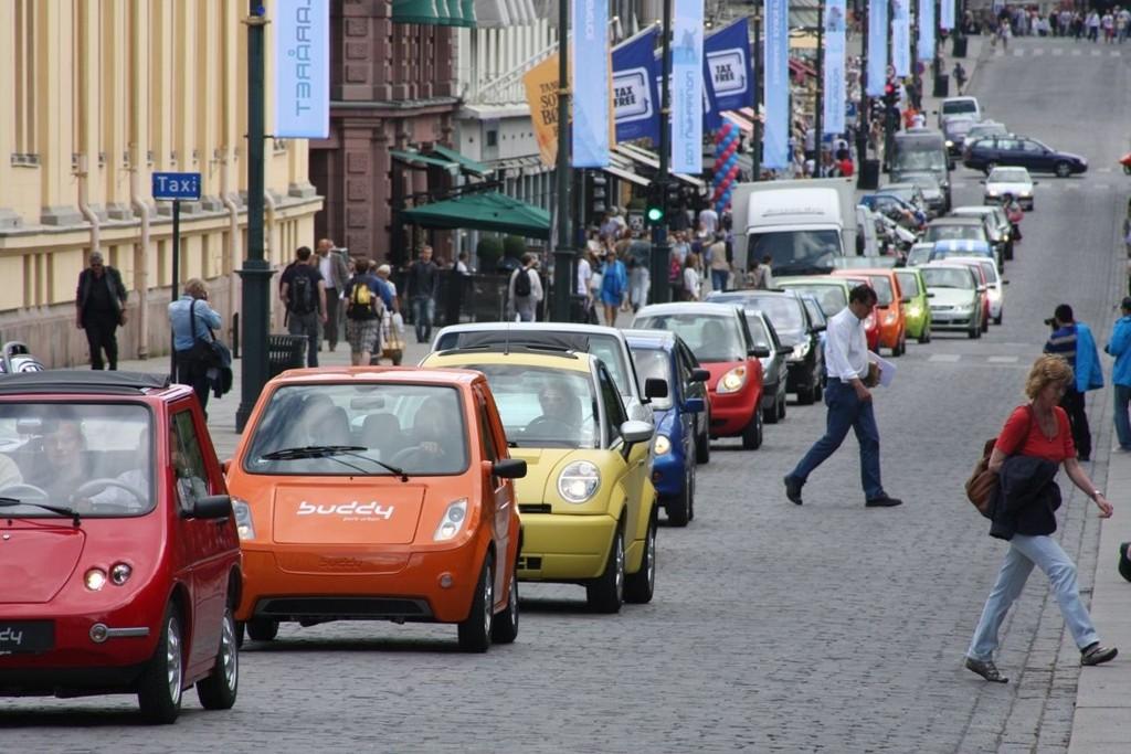 50 elbiler kjørte nedover Karl Johan i forkant av åpningen av verdens største ladestasjon for elbiler.