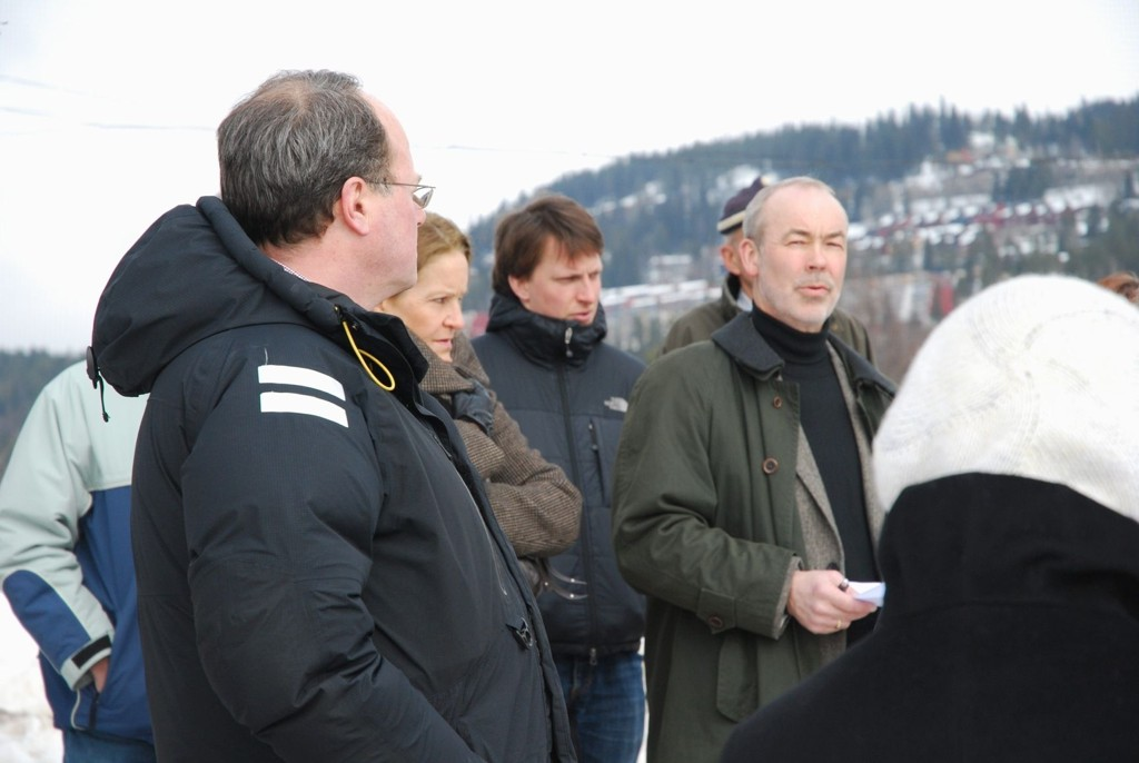 Bo Callander (nærmest) kritiserer Pål E. Torkildsen fra Naboaksjonen (til høyre i bildet) for «bildebevis». Bildet tatt under byutviklingens befaring på Bogstad i vinter.