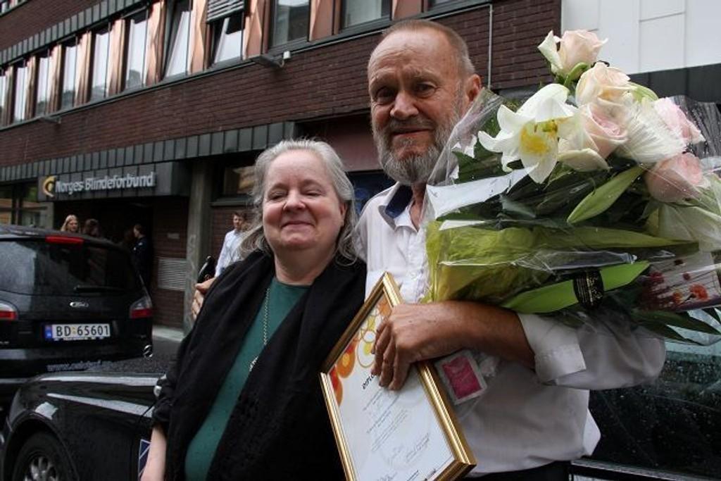 """Ole Husvik ble overøst av blomster, diplom og hederlig omtale da han ble kåret til """"Oslos hyggeligste drosjesjåfør"""" av Norges Blindeforbund på fredag. Fylkesleder Margareta Forrestad hadde mye godt å si om Taxi-Ole, som han kalles."""