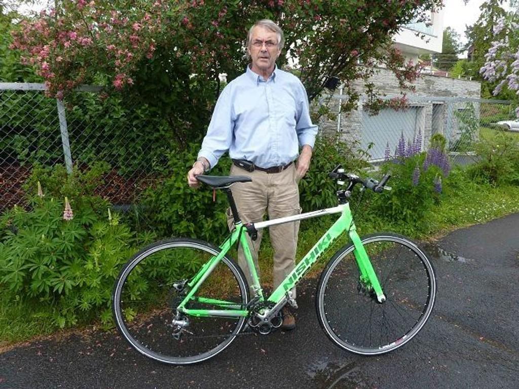 Johnny Hellerud med sykkelen han fant i hagen der hans egen sykkel pleier å stå. Foto: Privat
