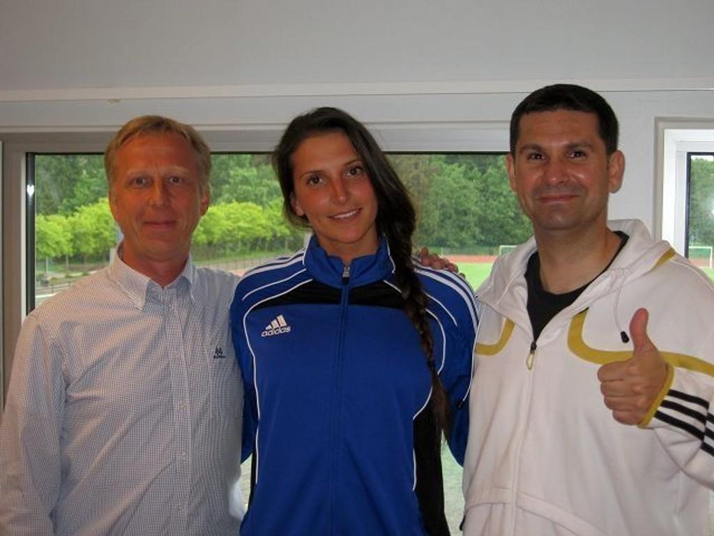 Storskytteren Senka Buljan blir tatt godt i mot av daglig leder Per-Erik Nygård (venstre) og trener Djordje Teodorovic.