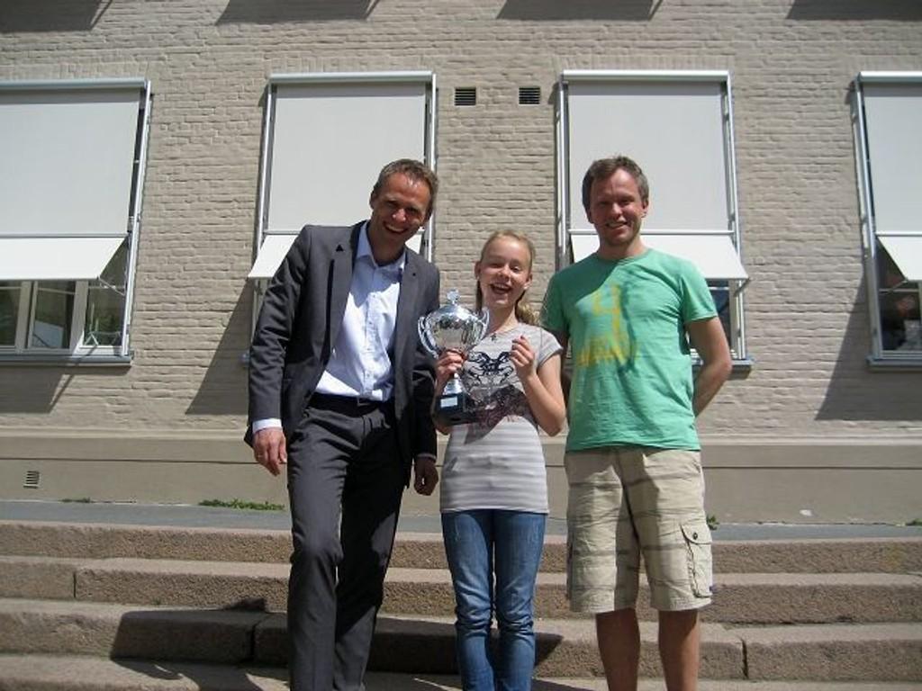 Tinna gratuleres av Grefsen-rektor Anton Rygg (t.v.) og lærer Thomas Arstad. Foto: PRIVAT