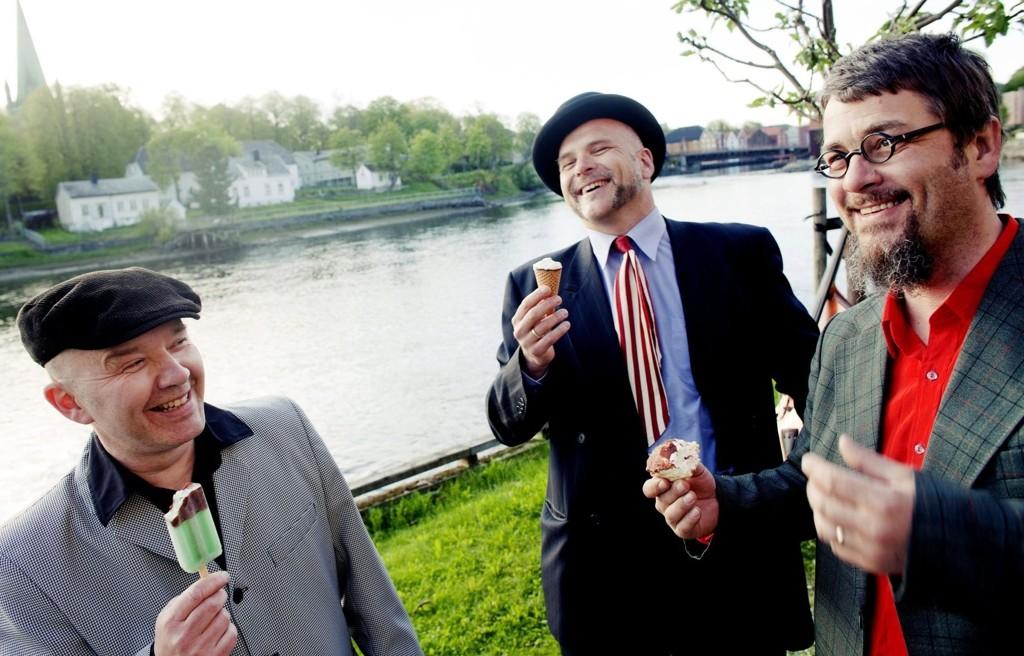 Med kjærlighet på tunga har Tre små kinesere laget sitt niende album. Fra venstre: Ulf Risnes, Øystein Hegge og Truls Waagø.