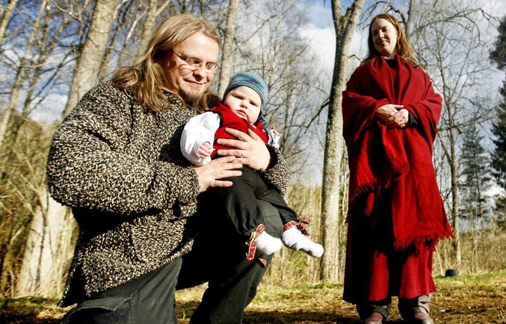 Raymond Kåsereff tar sønnen Vetle på kne, vedkjenner seg farskapet og gir sønnen navn foran moren Oda S. Bjerkenes.