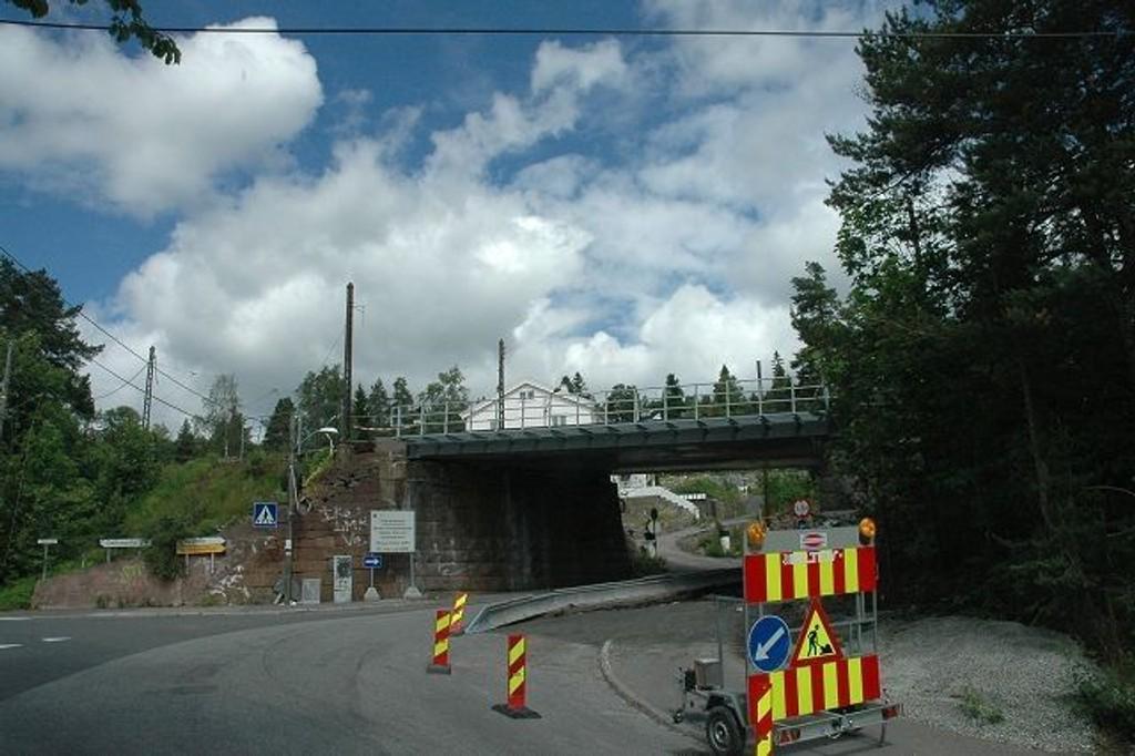 Her starter og stopper det som for tiden må være Norges største rundkjøring. Du kjører videre oppover under broen. Fire kilometer senere kommer du ut igjen i Holmenkollveien. FOTO: ALEXANDER SYNSTAD
