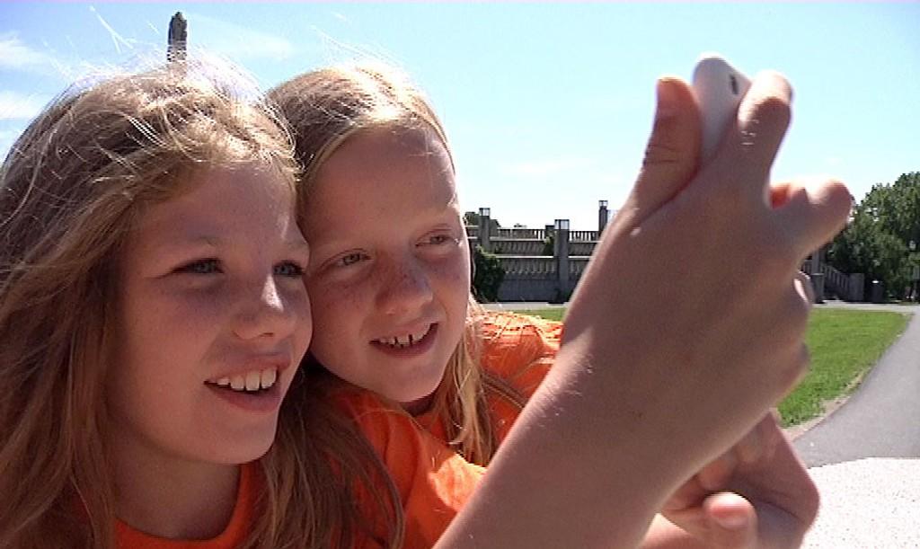 Vilma (10) og Ella (10) mottar instrukser om hvor i Vigelandsparken de kan lete etter den tapte sjelen.