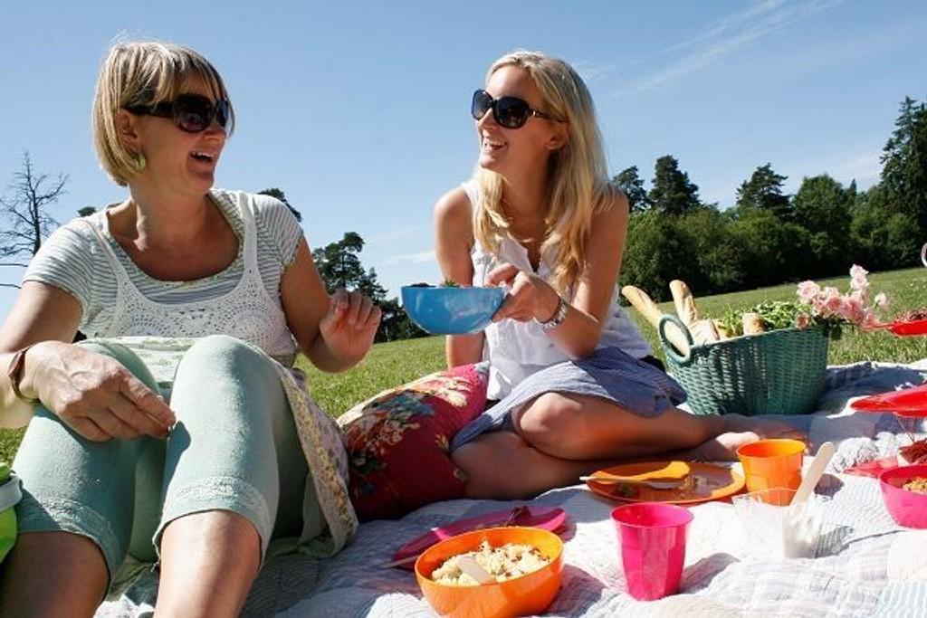 Piknik i det fri hører sommeren til. Her nyter Torunn Nordbø (t.v.) og Tanja Hauge Reine i Opplysningskontoret for brød og korn en dag i solen. Alle foto: Kristin Trosvik