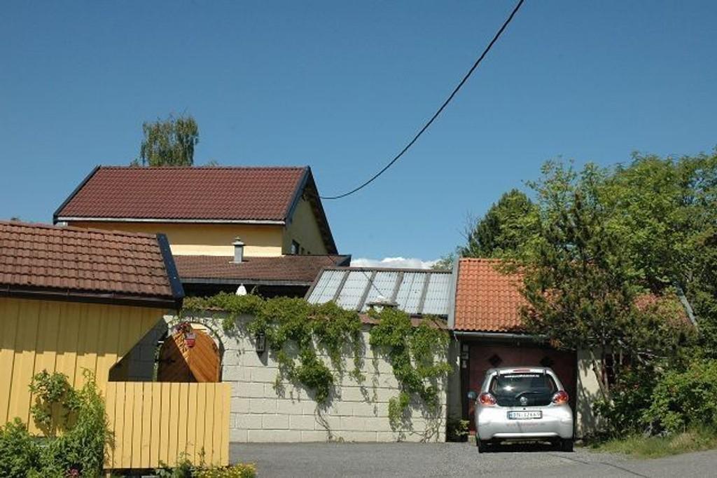 Mandag denne uken fikk telefonselskapet hengt opp ny ledning til huset nederst i Ulsrudveien. Karl Kronberg lurer på hvem som dro med seg den forrige. Foto: Nina Schyberg Olsen