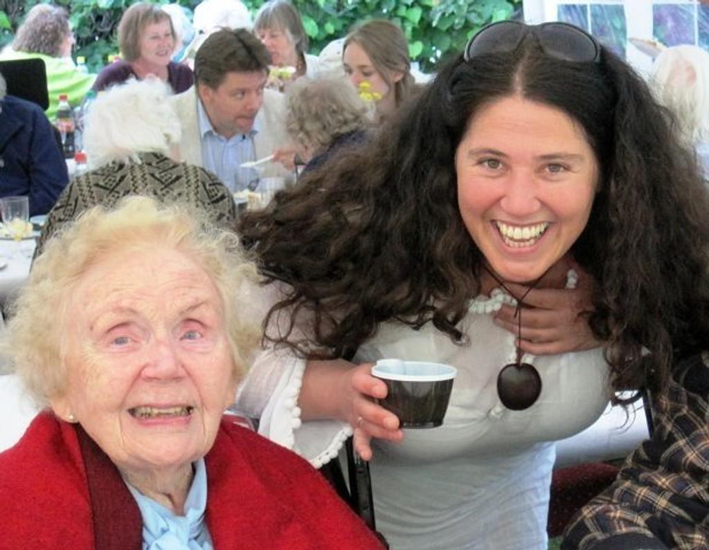 Hygget seg: Eva Osvold og sykehjemsprest Yvonne Andersen. Foto: Privat (TRYKK PÅ BILDET FOR Å SE FLERE)