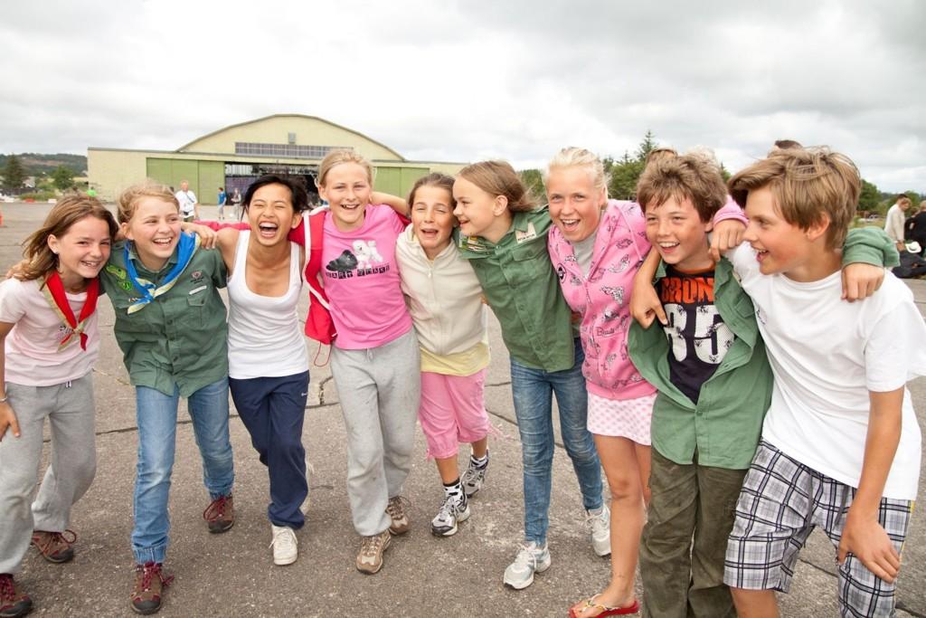 F.v. : Irina Taugbøl (11), Helene Lane (13), Fanny Wise (13), Iselin Lund (12), Mari Østby (12), Kine Hauge Holmen (11), Juni Von Hanno (14), Wilhelm Sem-Jacobsen (13), Kaspar Moulin (11) fra Ris gjør seg klare til kanonballturnering.