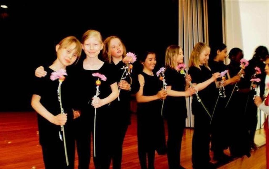 Ensemblet: Skuespillerne mottok som seg hør og bør blomster for innsatsen.