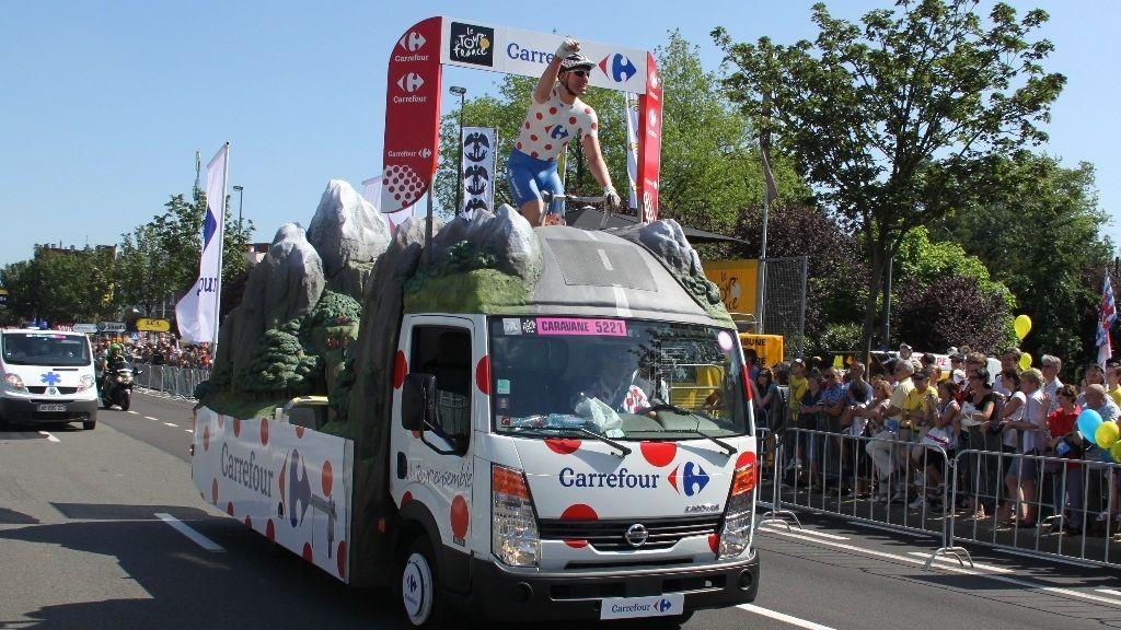 SIRKUS: Tour de France er et eneste stort sirkus. Før rytterne underholder publikum, kortes ventetiden ned av en enorm reklamekaravane på fire hjul.