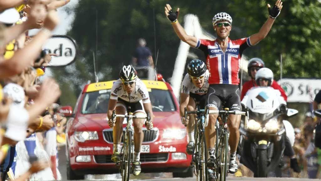 LEKENT: Thor Hushovd leker seg med Greaint Thomas i spurten, og vinner sin åttende individuelle etappeseier i touren.