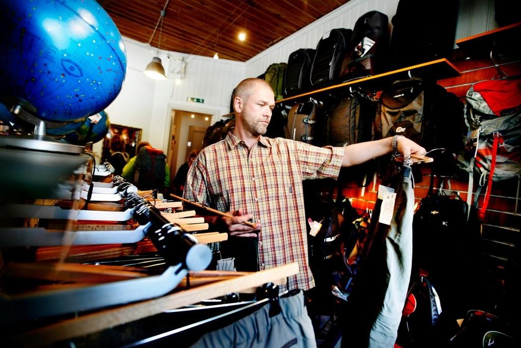 Butikksjef Raymond Haase i reisebutikken Nomaden skyr stor bagasje på reise, og da er mikrofiberklær et must. Her ikledd de praktiske turklærne fra topp til tå.