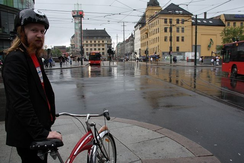 """Jernbanetorget er """"stengt"""" for syklister. Jokke Fjeldstad i Rødt mener syklistene gang på gang blir nedprioritert."""