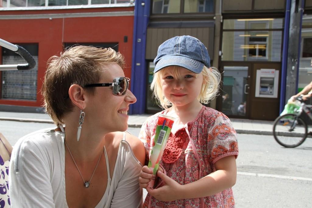 elsker is og sommer. Her koser hun seg på Grünerløkka med mamma Ragna Torgersen Engstad.