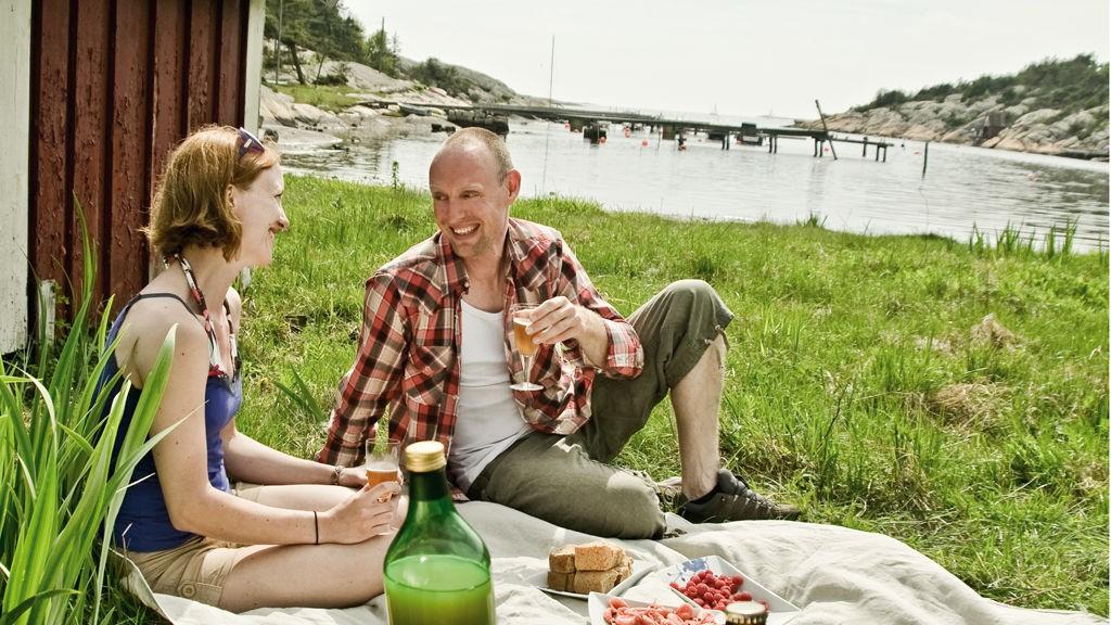 En kulinarisk opplevelse i Norge kan være alt fra en slik piknik i fjæra til et restaurantbesøk i historiske omgivelser på Røros.
