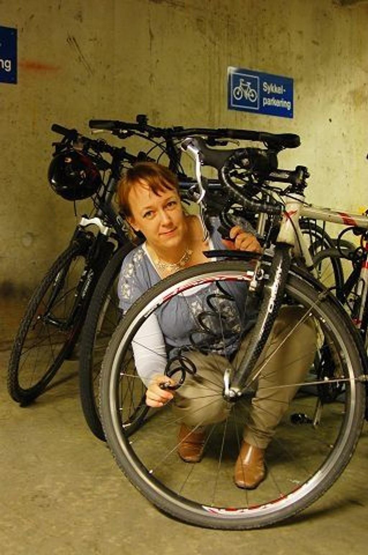 En slik enkel spirallås holder ikke, sier Heidi Tofterå Slettemoen i Trygvesta. I stedet anbefaler hun en forsikringsgodkjent lås, som er mye vanskeligere å bryte opp.