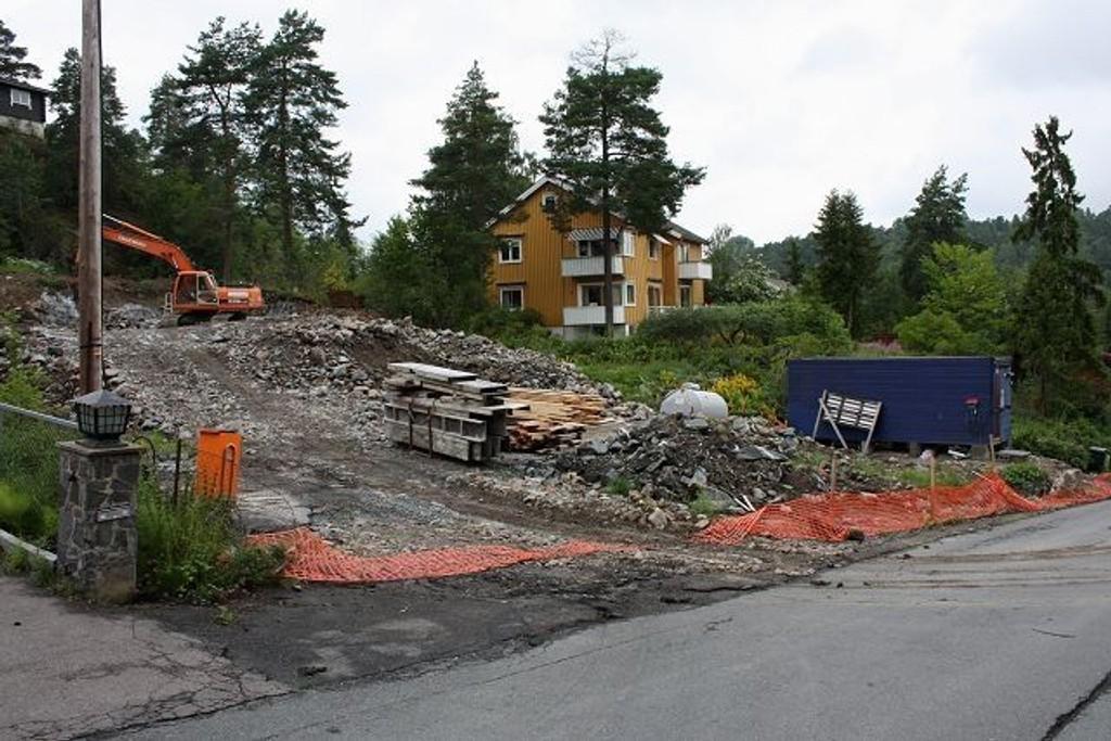 Inntil tillatelsen om videre pigging er på plass, blir det mindre bråk på tomten i Storåsveien 9 på Ljan. Tirsdag morgen var det helt stille. Foto: Aina Moberg