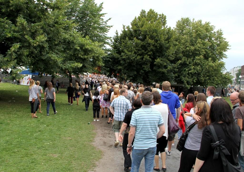 Køen for å komme inn på festivalområdet går langt forbi Cafe Skansen på Kristiania Torv. Rundt 10.000 mennesker er ventet inn på festivalområdet.