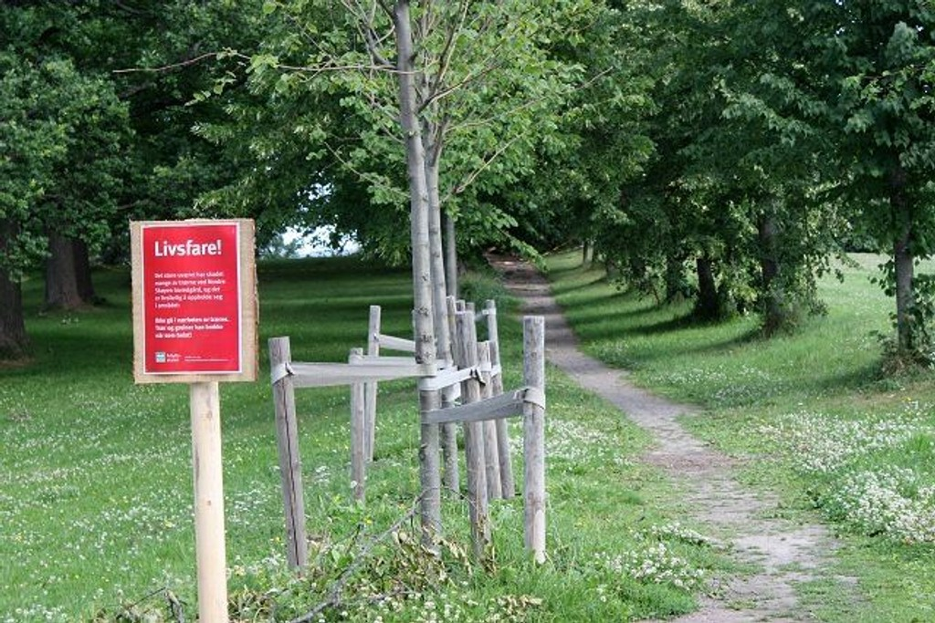 Skilt forteller at det er farlig å gå inn i området ved Nordre Skøyen hovedgård hvor været herjet stygt for en uke siden.