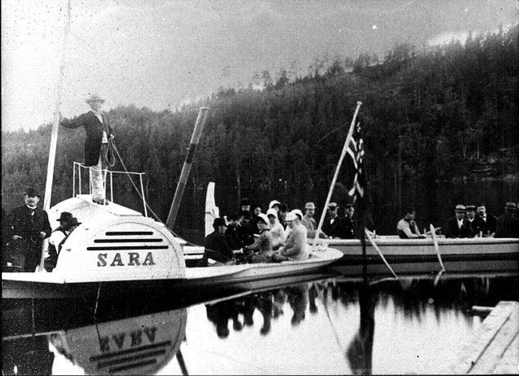 Slik så hjulbåten Sara ut da hun seilte med finkledde gjester om bord og Thomas Heftye på «kommandobroa». I år er det 100 år siden den muskeldrevne hjulbåten ble senket i Nøklevann. Foto: Privat