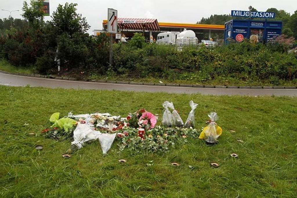 I trafikkøya ved avkjøringen til Mortensrud omkom en 26 år gammel prinsdalsmann natt til søndag. Venner og familie hadde lagt ned blomster og lys på stedet.