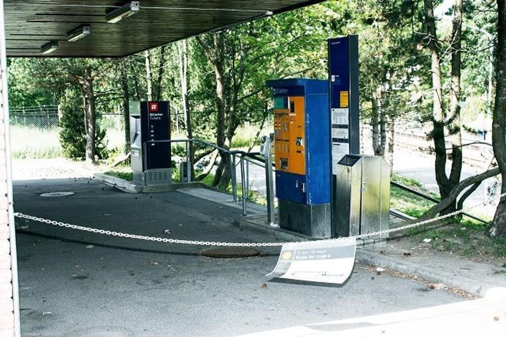 På T-banestasjonen ved Bergkrystallen er adkomsten til både perrongen og billettautomatene sperret med kjetting. Foto: Arne Vidar Jenssen.