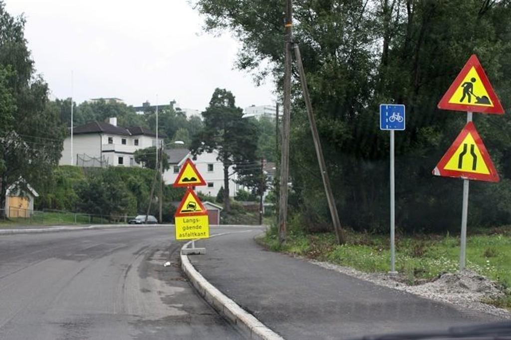 Selv om Østensjøveien mellom Haakon Tveters vei og Eterveien er skiltet, er den i så dårlig forfatning at den betegnes som farlig å kjøre på.