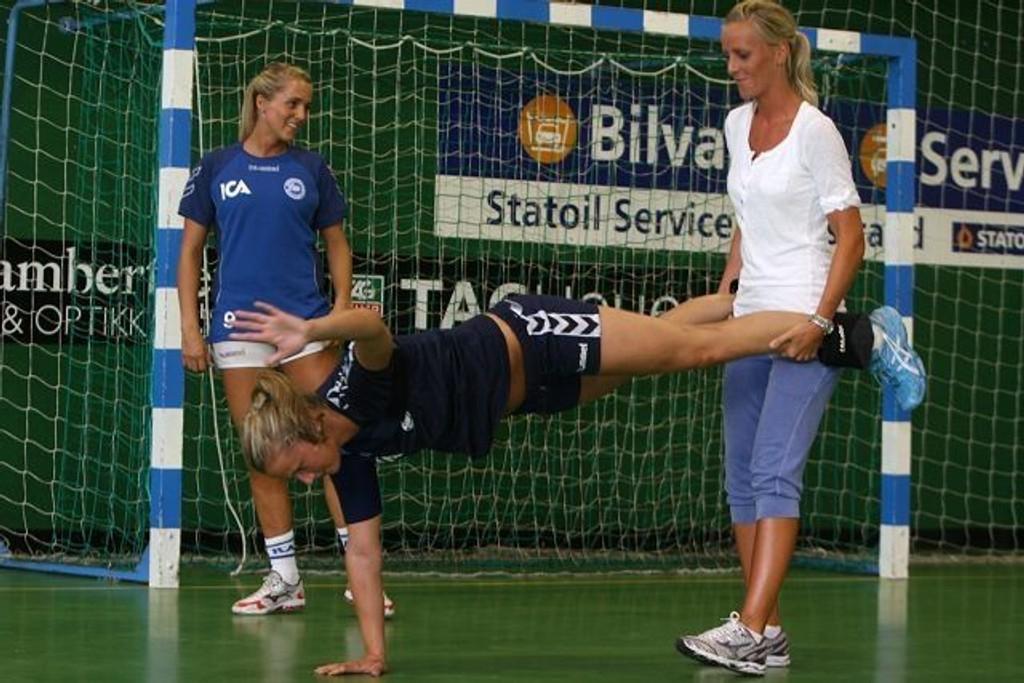 Forebyggende: Fysioterapeut Linn Rosenlund hadde de første tyve minuttene med forebyggende øvelser. Her bruker hun Randi Jørum Sulland som eksempel, mens Anne Kjersti Suvdal heier.