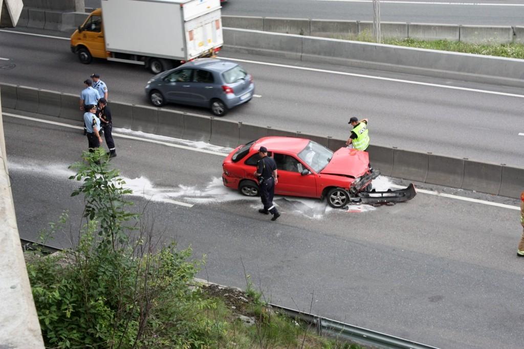 En lastebil kolliderte med en personbil på E6 ved Lambertseter i formiddag. Ingen personer kom til skade.