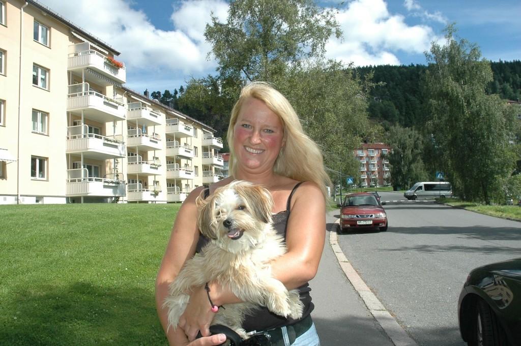 """Vera Tvinde (43) fra Kjelsås vil ikke ha kaloribomber på grillen i sommer. Hun foretrekker det lettere liv. Og hun liker turer med """"Birk""""."""
