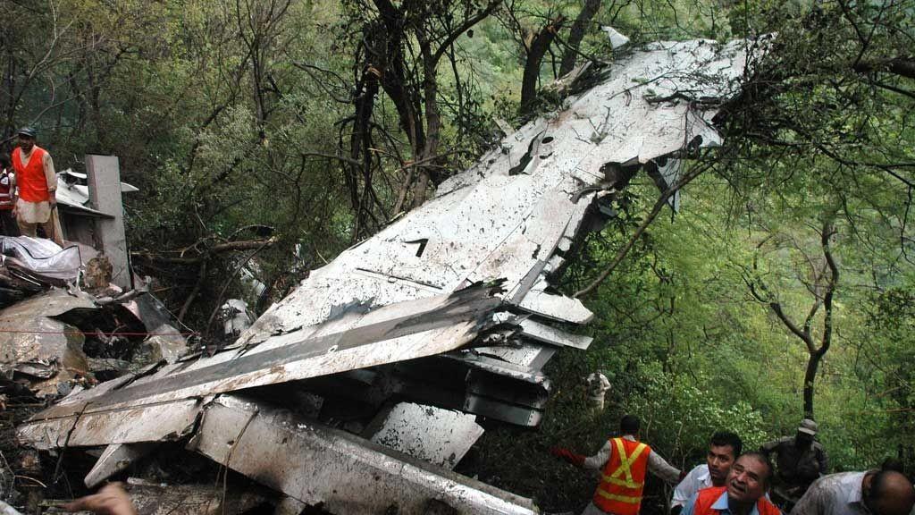 Flyvrak etter at passasjerflyet styrtet nord for Islamabad Pakistan 28. juli.
