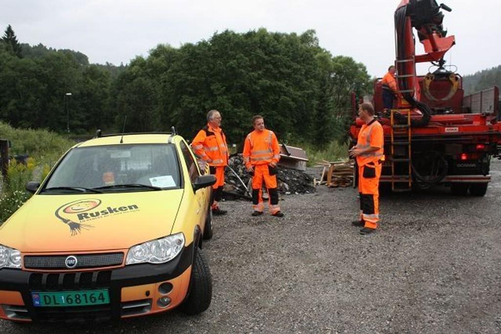Tre karer fra Ruskenpatruljen tok søppelhaugen ved Sagstua. Lastebilhjelp kom far Friluftsetaten.