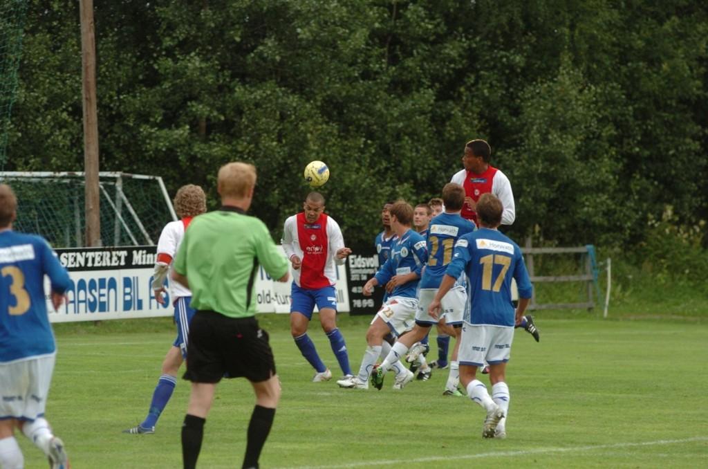 Tor Øyvind Reinemo stanger her ballen i mål på overtid, men scoringen ble annulert for holding.