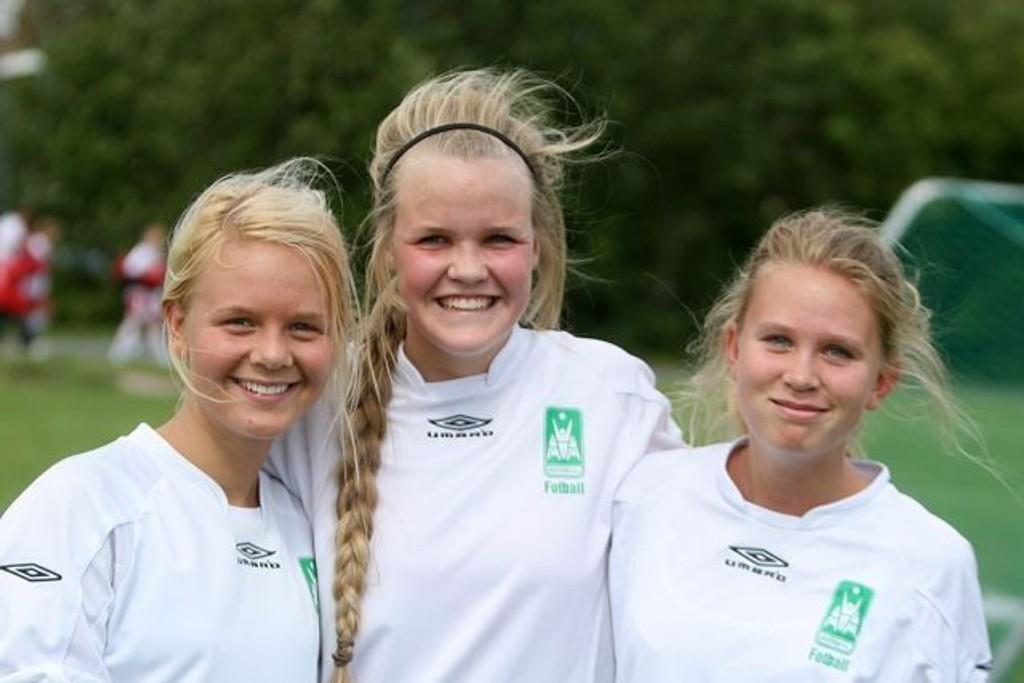 Vilde Haug Lorentzen (venstre), Anna Josefine Tollefsen og Nora Haug Lorentzen smilte selv om Rustad tapte åpningskampen.