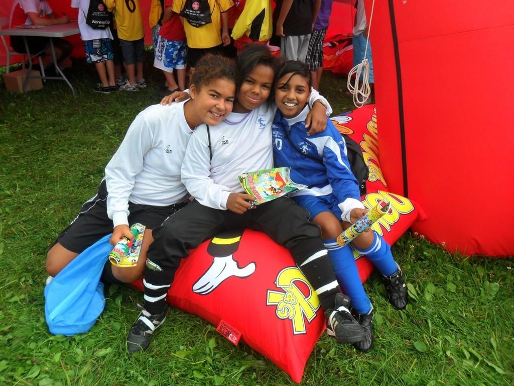 Emma Julie Reyes Holm (11), Ajah Maria Bottohcham (11 år) og Darsia Paul (11) syntes det var hyggelig å møte Norges eneste Donald-tegner under Norway Cup.