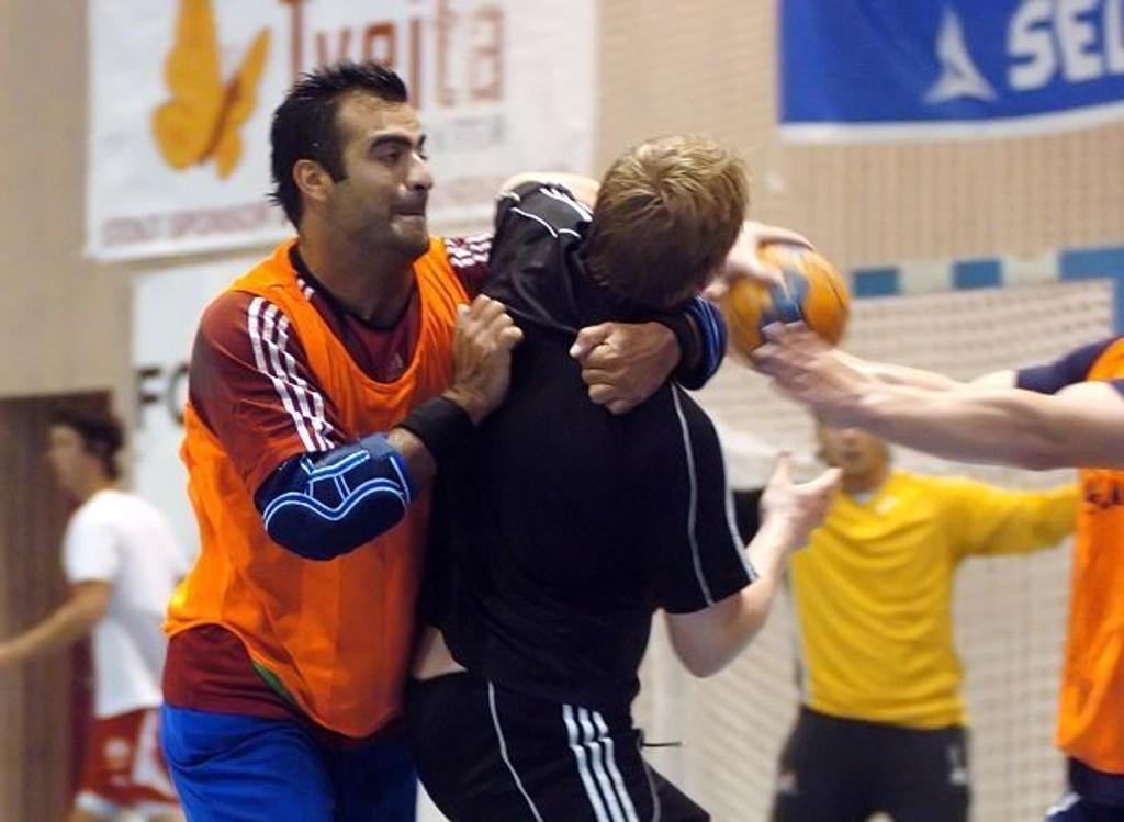 Payam Hatami stopper en annen nykommer, Kristinn Bjørgulfsson, under en treningsøkt.