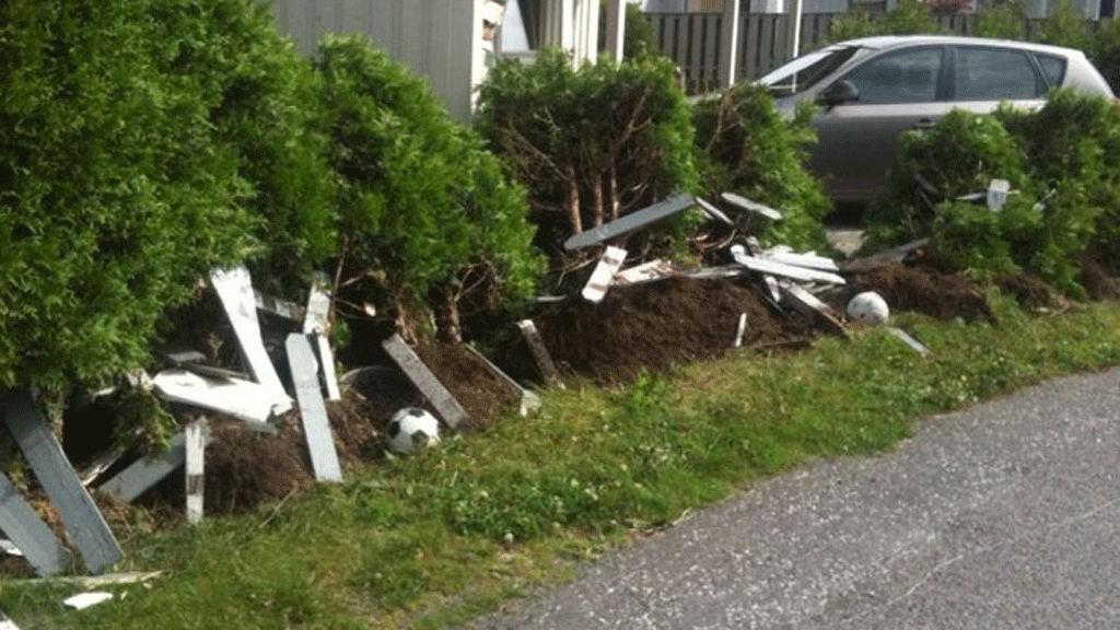 MEID NED: Denne hekken, i tillegg til én person, to biler og enda en hekk ble meid ned av lastebil.