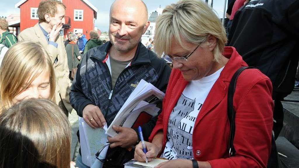 AUTOGRAFER: Kristin Halvorsen var opptatt med å skrive autografer til småjenter på Kabelvåg torg, mens motdebattant Ivar Kristiansen holder seg i bakgrunnen.