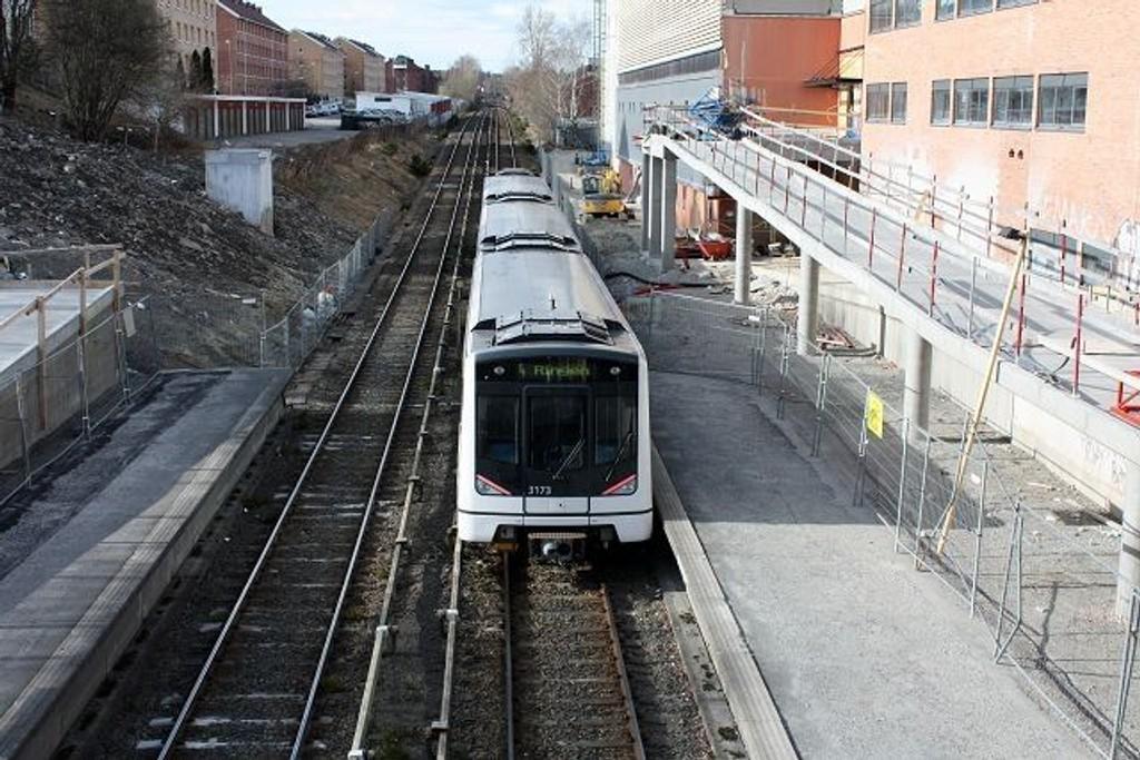 T-bane 4 var i gang igjen i dag etter åtte uker med buss for bane. Trafikken går nå som normalt, men en kortslutning kvart på åtte i dag tidlig forårsaket en del problemer i rushtiden.
