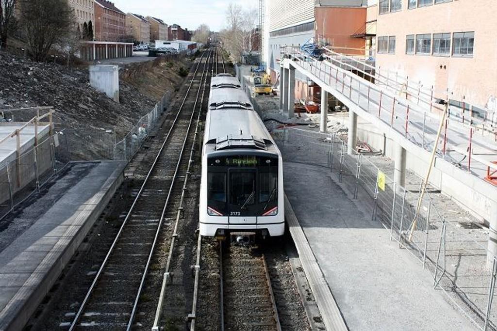 Våre lesere diskuterer det nye tilbudet på linje 4 på noblad.no. Reisende er fornøyde med at banen går igjen etter åtte uker med buss, men noen lurer på hvorfor det går så sakte. Andre lurer på når alle avganger får doble togsett.